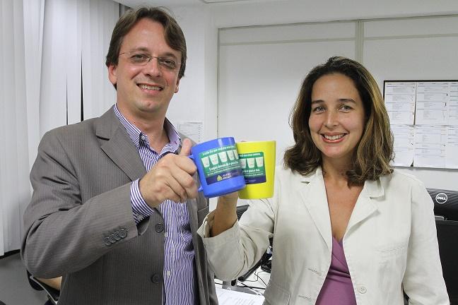 Geija Rocha brinda, com a caneca de plástico, o início da implantação da agenda ambiental na Assembléia Legislativa do Rio
