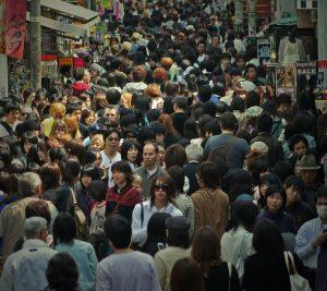 A difícil tarefa de atravessar uma das estreitas ruas de Tóquio, a cidade mais populosa do mundo