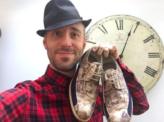 O cantor Charlie Winston com os sapatos doados
