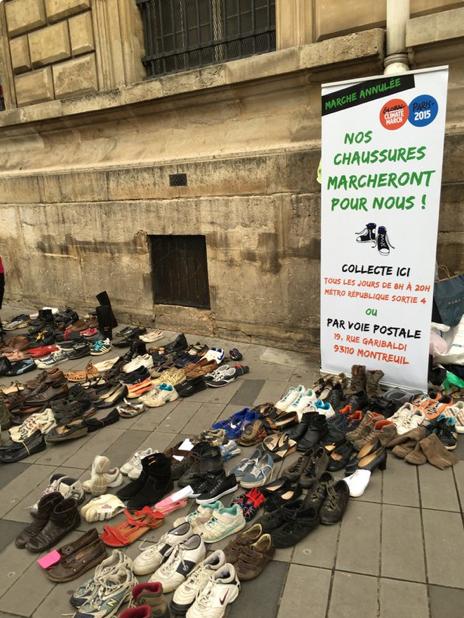 Sapatos reunidos na Praça da República