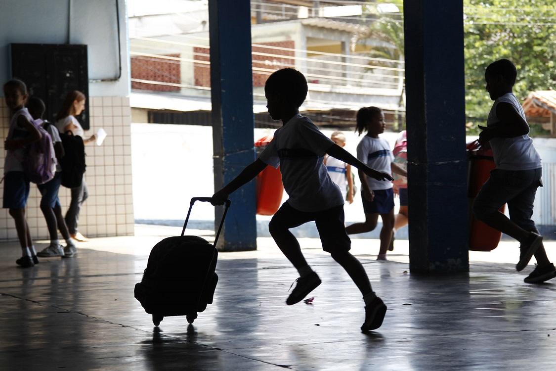 De uma população de cerca de 77 milhões de crianças e jovens, de zero a 24 anos, o número geral de matrículas na educação básica e superior é de 52 milhões. Ou seja, 25 milhões (ou 30%) de estudantes brasileiros estão fora das salas de aula