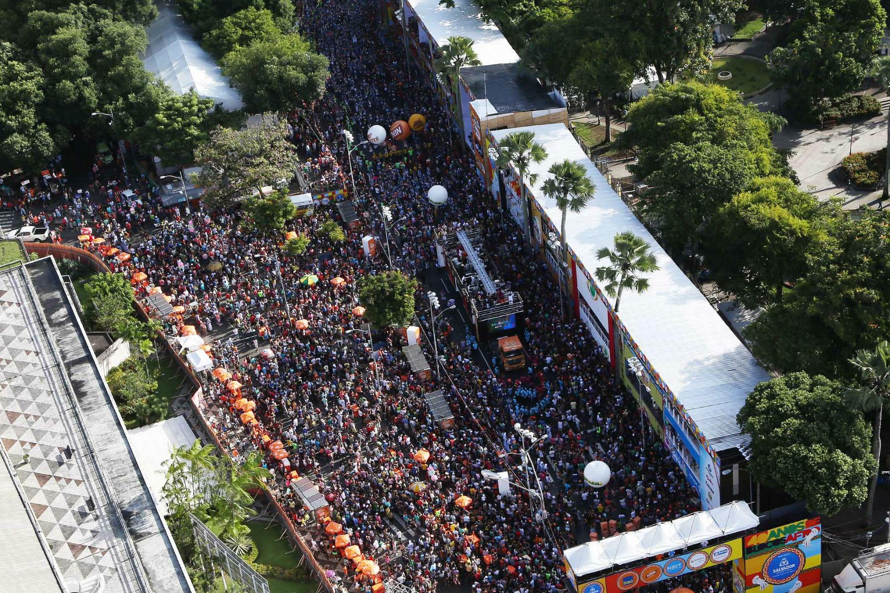 Multidão nas ruas de Salvador no Carnaval de 2014