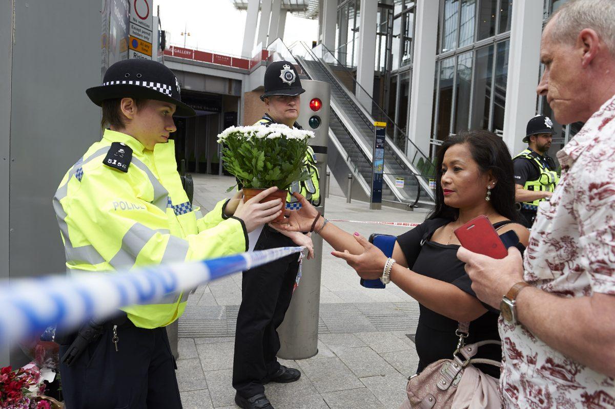 Mulher pede para depositar flores na Ponte de Londres, em homenagem aos mortos no ataque deste sábado, 3/6 (Foto Nikas Hallen/ AFP)