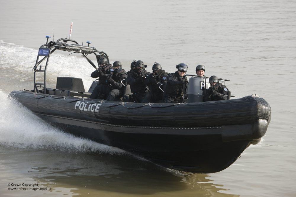 Treinamento da polícia de Londres, no rio Tâmisa, antes dos Jogos Olímpicos de 2012