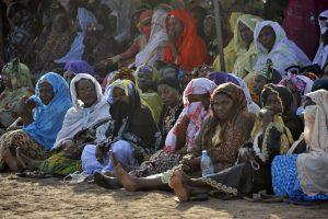 Mulheres no velório das 27 pessoas que morreram após o ataque terrorista num hotel em Mali