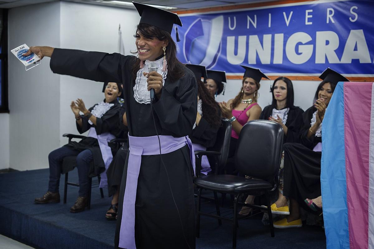 Luciana Vasconcelos, formanda, abre os braços a espera de um dos voluntários homenageados