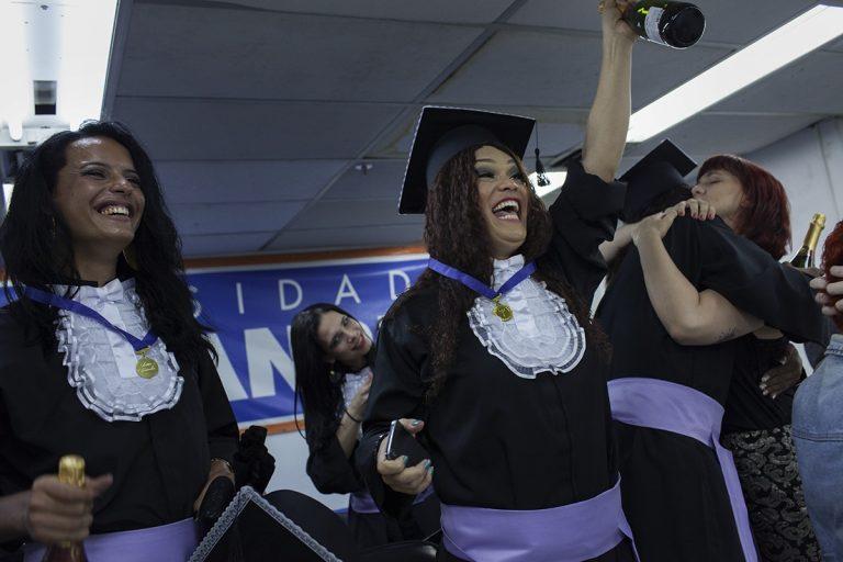 Tyfany Stacy (levantando a garrafa de champanhe), cabeleireira e maquiadora há 14 anos, pretende cursar Química Industrial