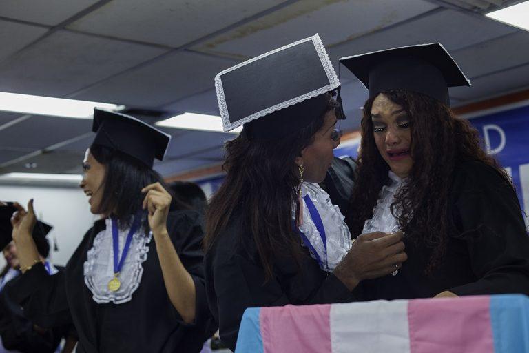 Luciana Vasconcelos acolhe Tyfany Stacy que se emociona após fazer o juramento