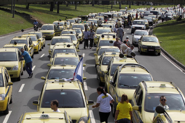 Taxistas interrompem o trânsito no Aterro do Flamengo e em vários outros pontos da cidade em protesto contra o Uber