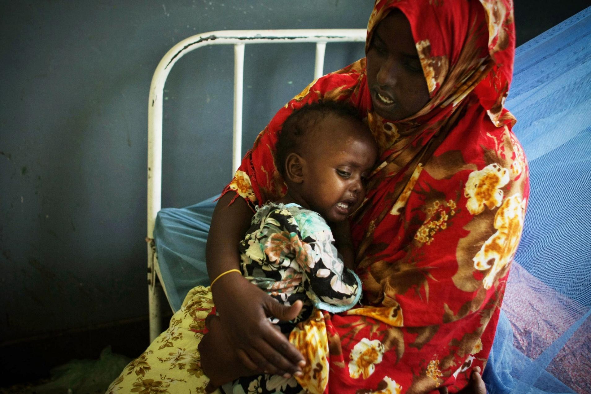 Mulher consola o filho faminto, na Somália, durante o período de seca que assolou o país