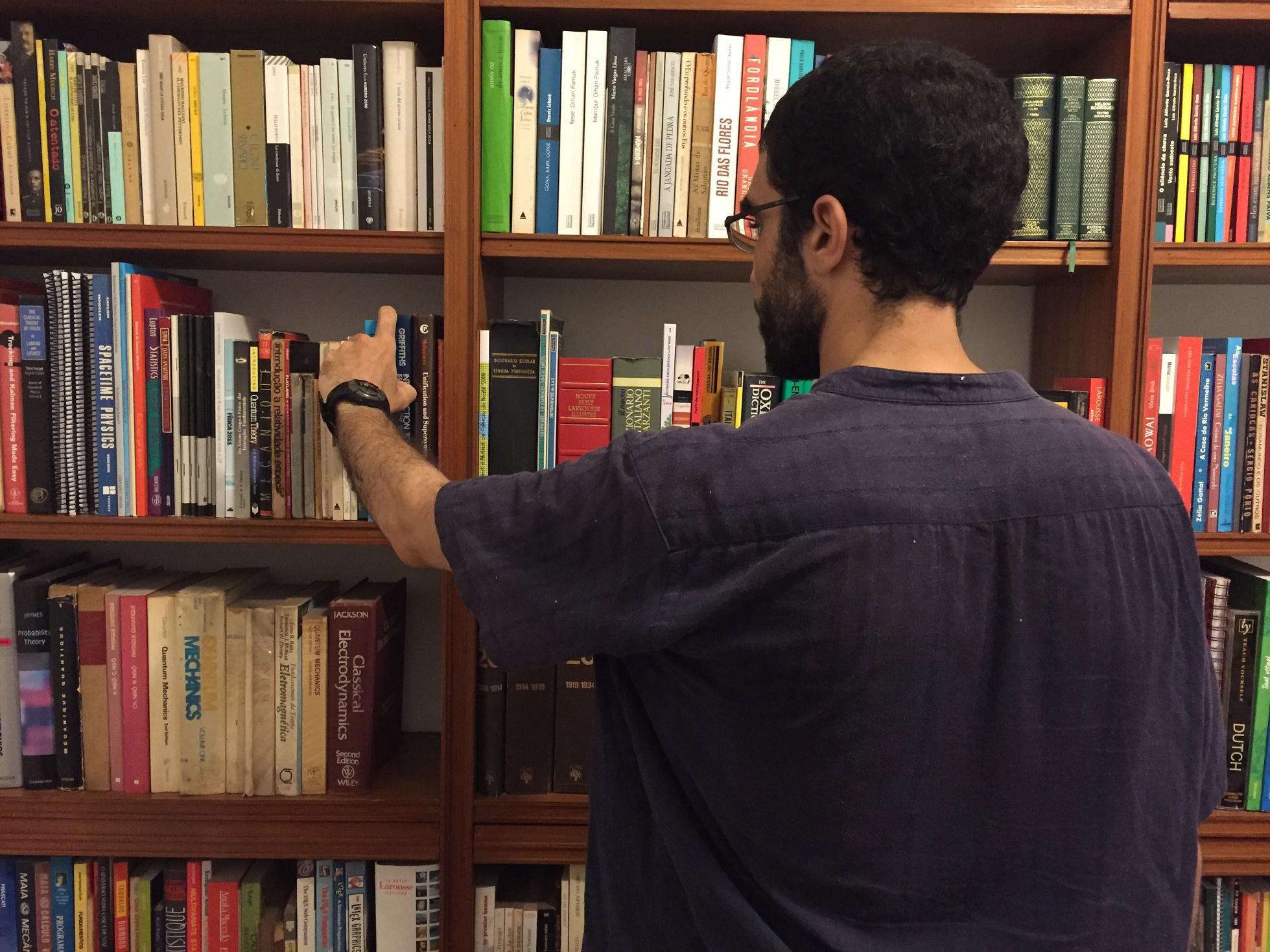 Durante a entrevista, Hicheur pega um livro de física na biblioteca de um amigo. A ciência é a sua grande paixão