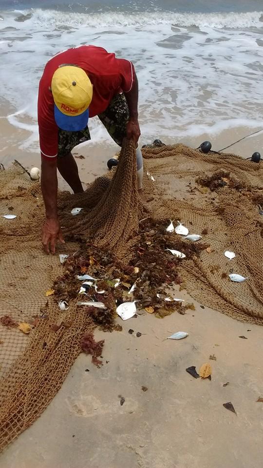 Pescador na praia de Santo André, no Sul da Bahia