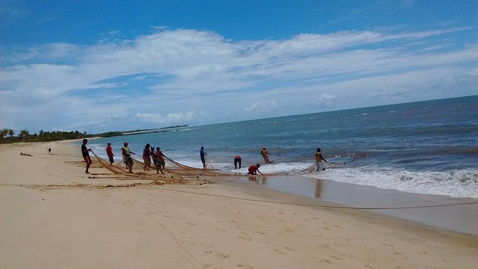 Pescadores puxam a rede para a as areias de Santo André, na Bahia