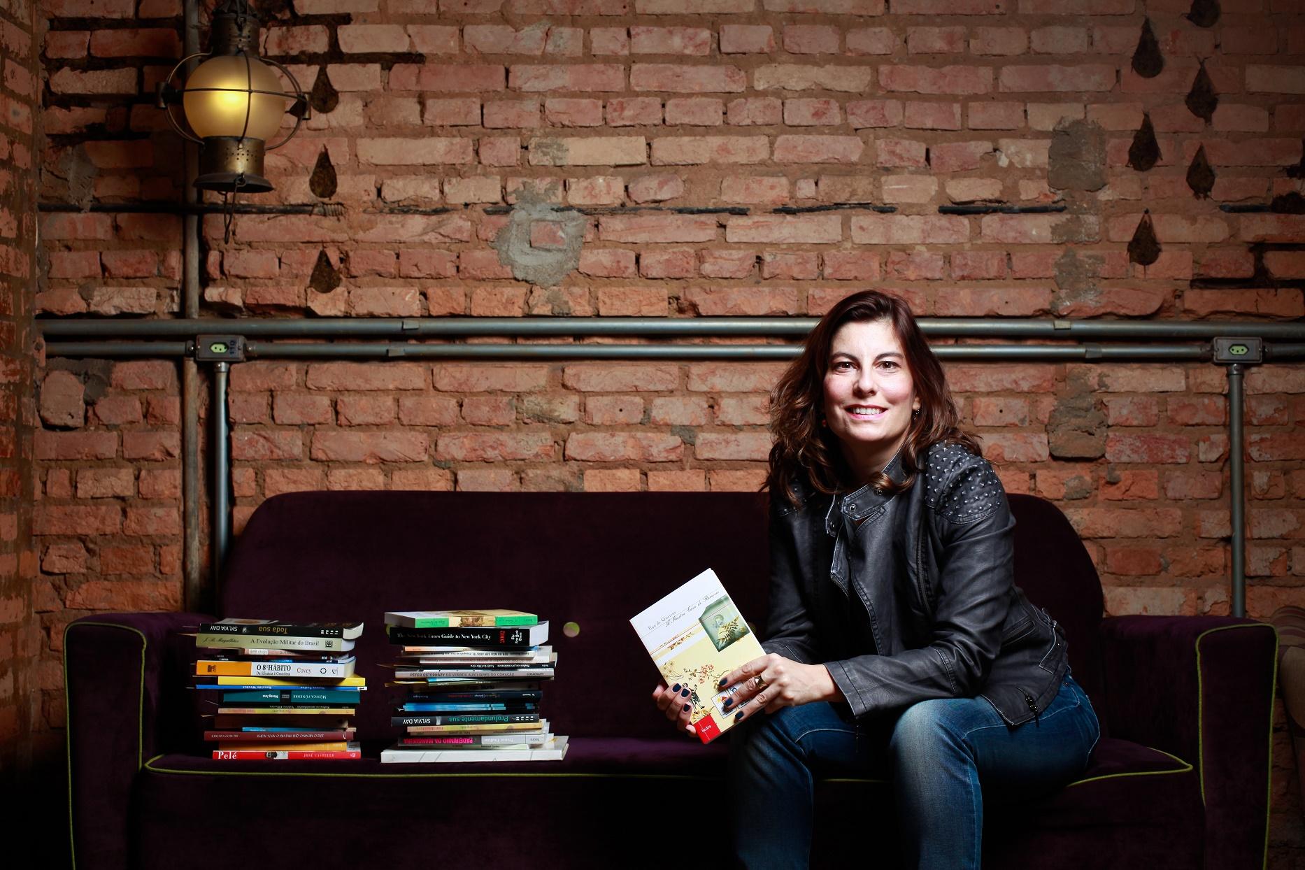 Helena Castello Branco, coordenadora do BookCrossing Brasil, já conseguiu libertar cerca de 200 mil obras no país