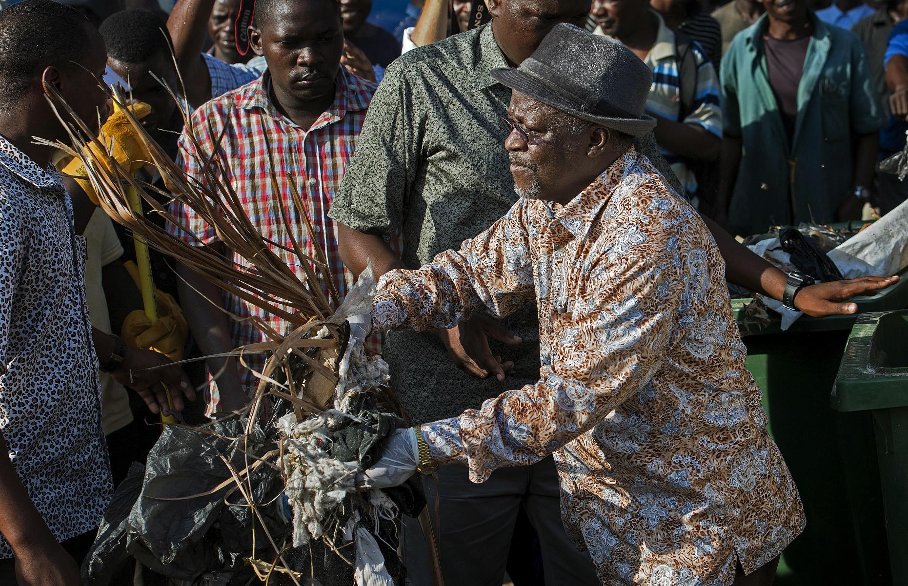 John Magufuli limpa as ruas de Dar es Salaam: em vez de comemorações, mutirão no dia da Independência