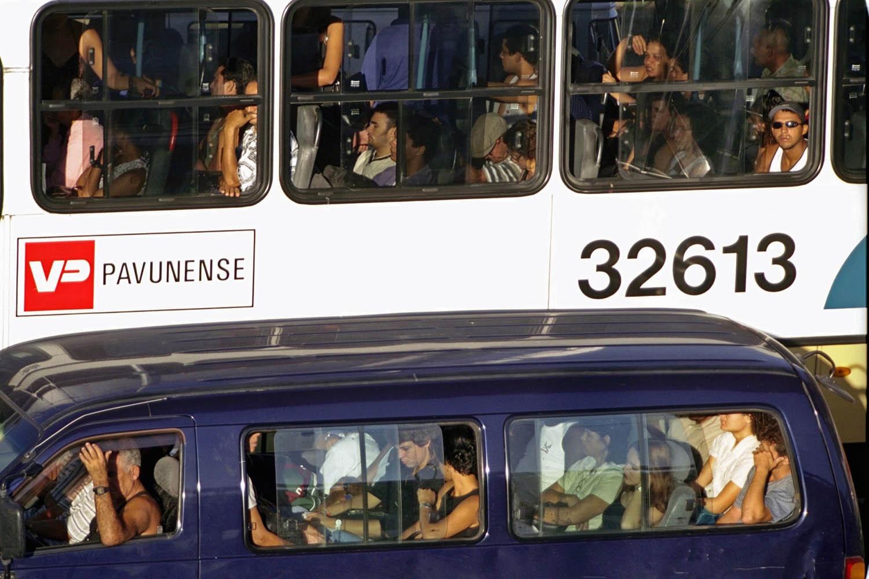A omissão dos governos turbinou as vans, operadas, boa parte das vezes, por milicianos. Foto Custódio Coimbra