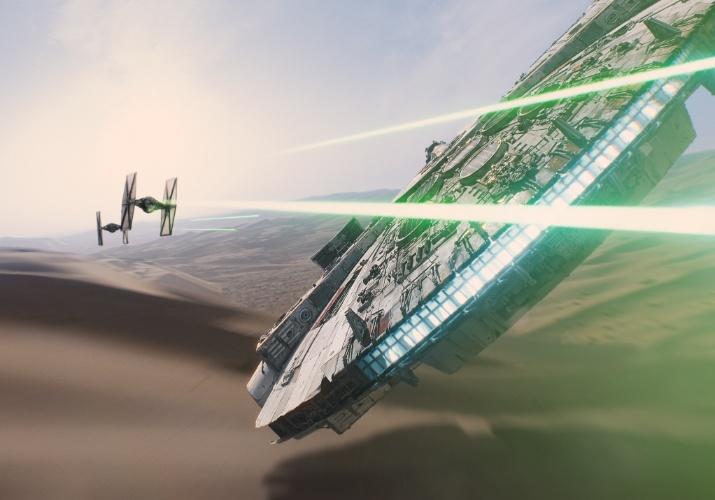 Um caça do Império ataca a Millennium Falcon no sétimo episódio da saga
