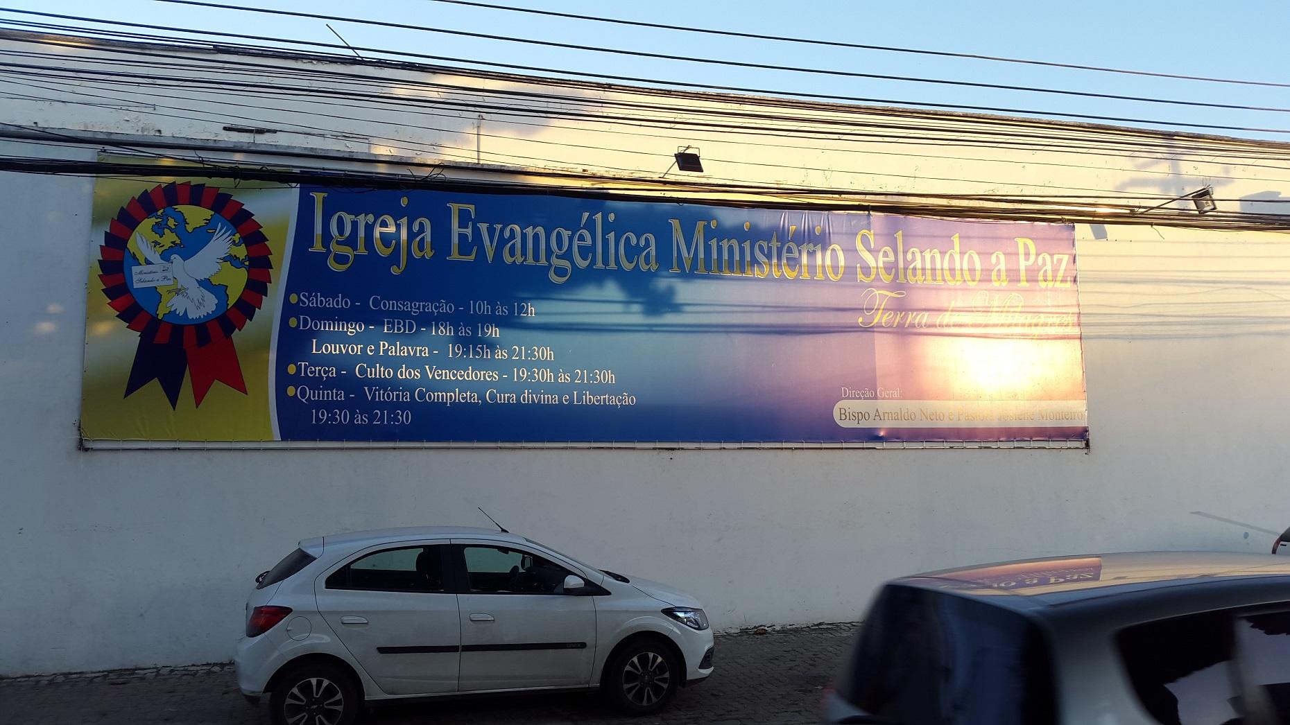 Placa da Igreja Evangélica que divide o espaço com as escolas