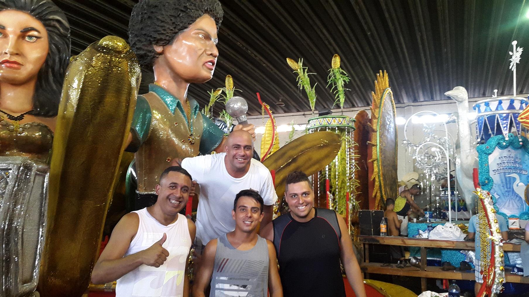 Julio Bombinha (de branco, à esquerda) e Ney Júnior (de preto, à direita), com a equipe do Arame