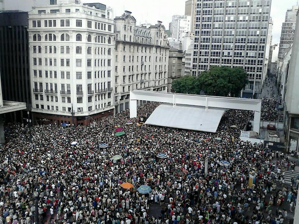 Multidão ocupa as ruas do centro da cidade: 64% dos foliões eram de São Paulo