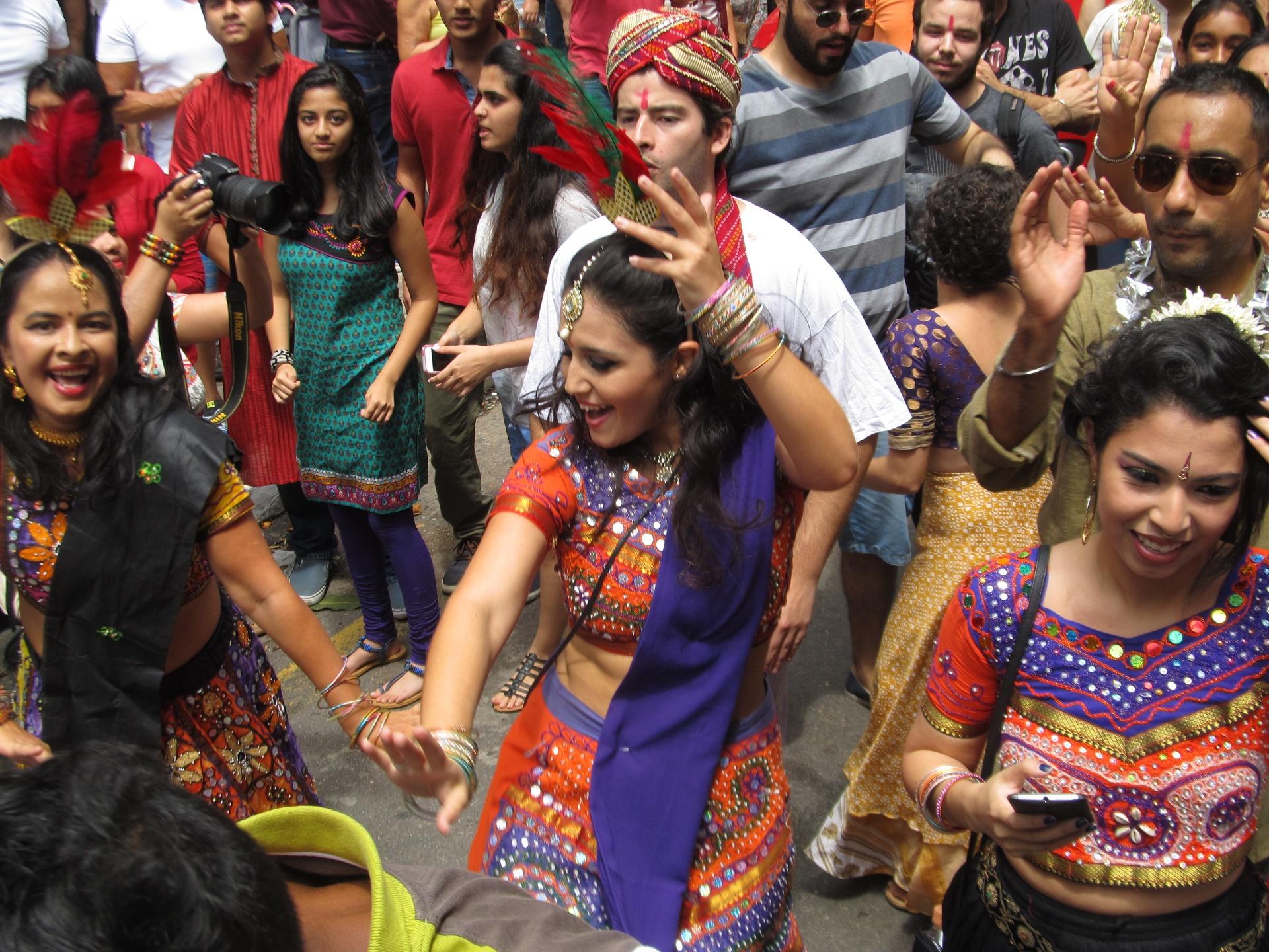 O democrático carnaval paulista teve até bloco com músicas indianas, o Bollywood