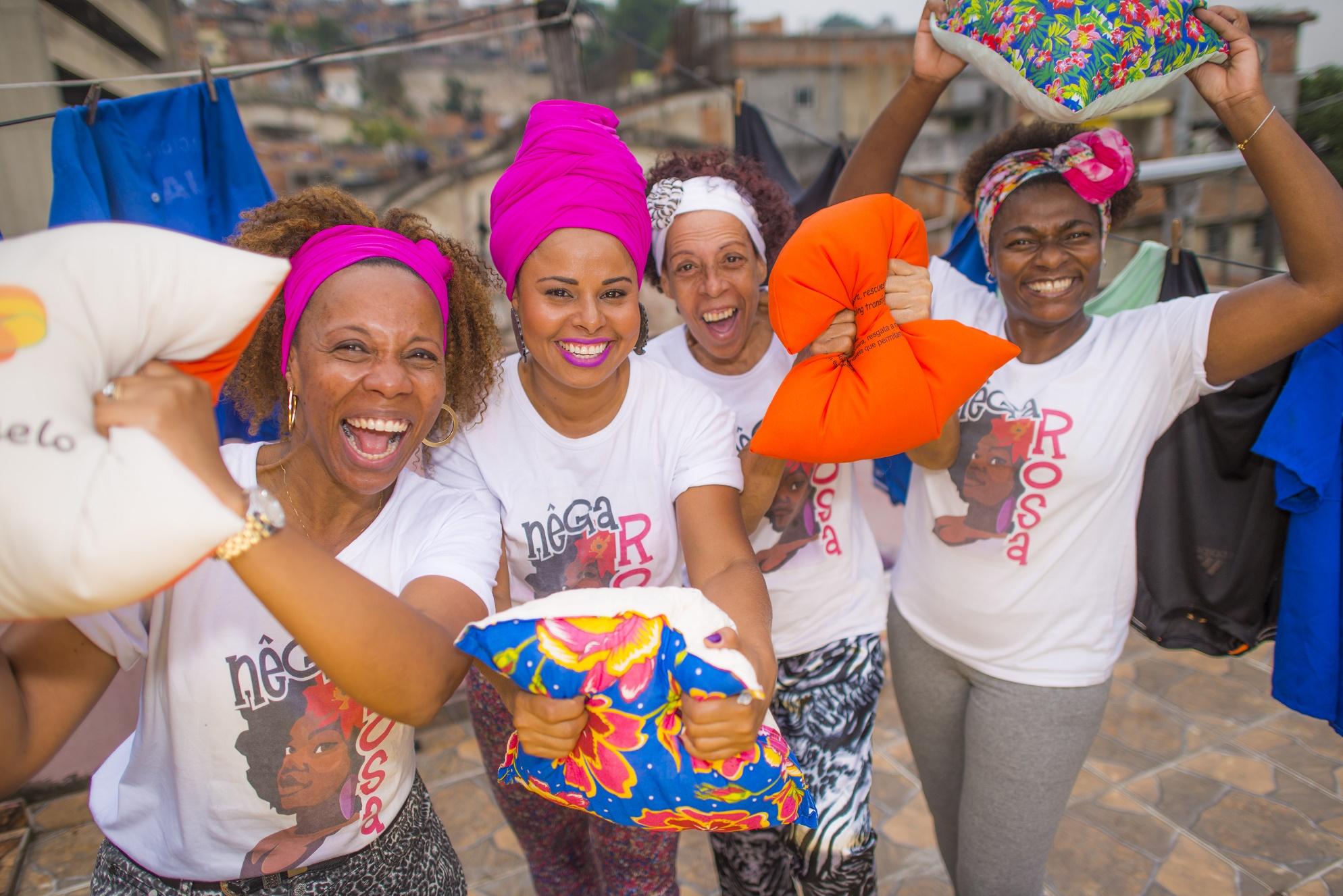 Costureiras do projeto Nêga Rosa, que foram treinadas para garantir um controle de qualidade maior nas almofadas da Vila dos Atletas