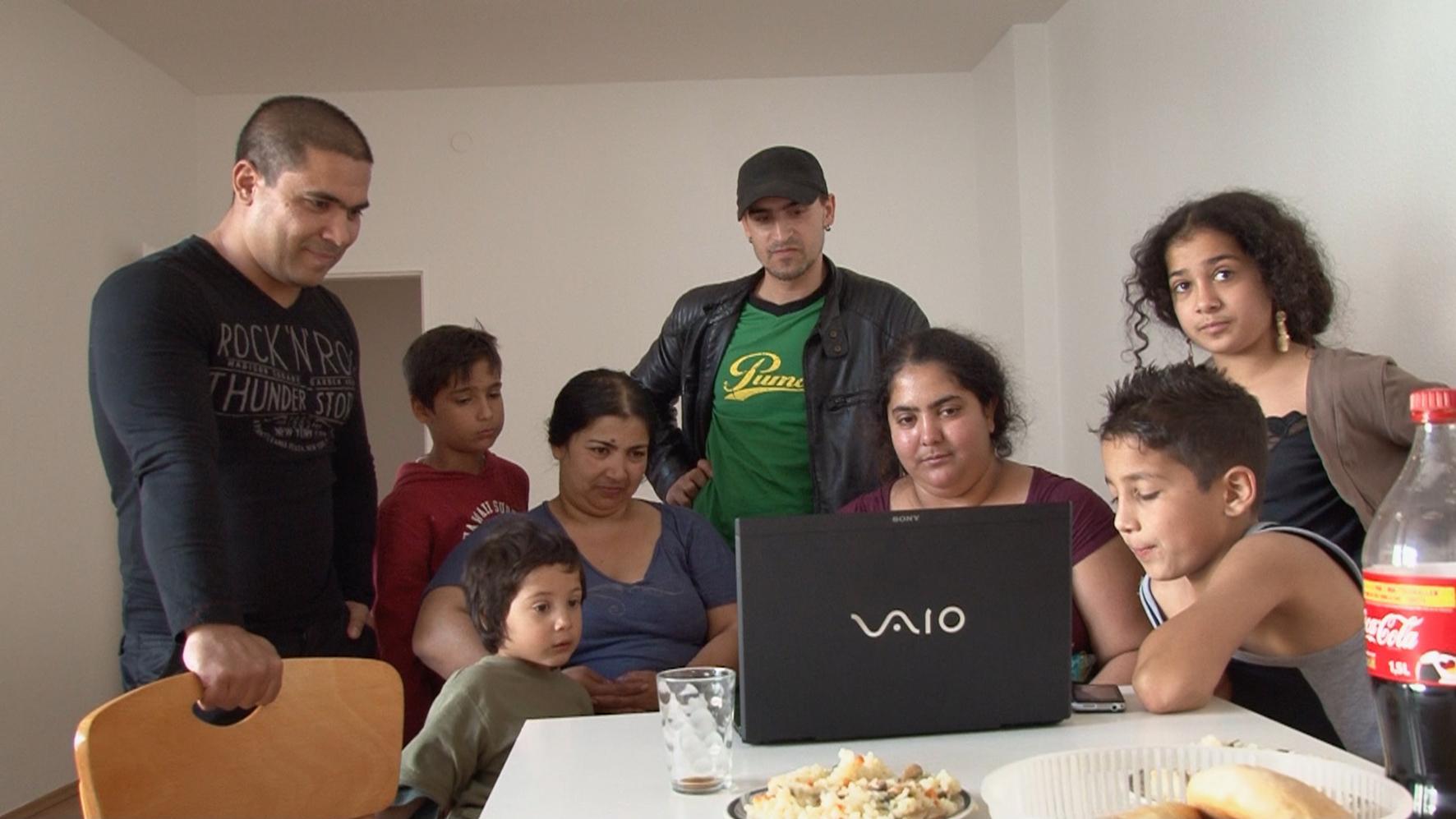 Colorado e sua família assistem a cenas do filme