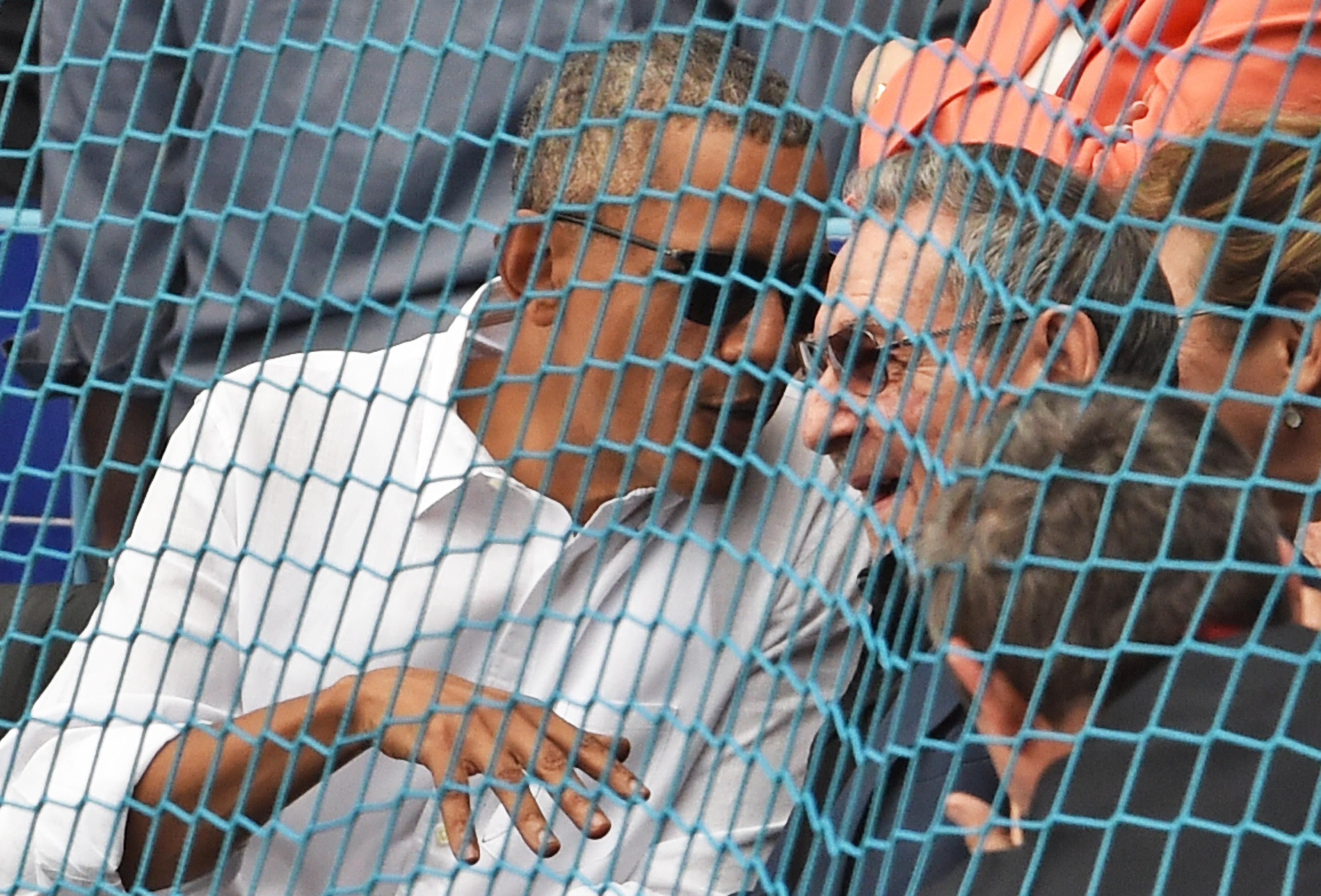 O presidente dos Estados Unidos, Barack Obama, e o presidente cubano Raúl Castro em jogo de baseball
