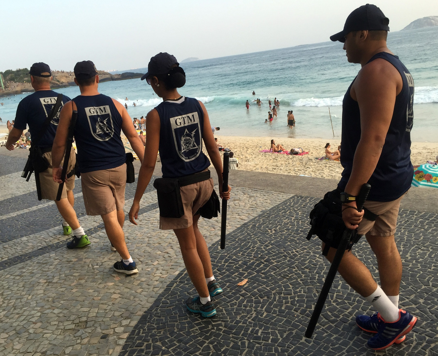 O Grupamento Tático Móvel, da Gurda Municipal do Rio, policiando, sem armamento, as praias da Zona Sul