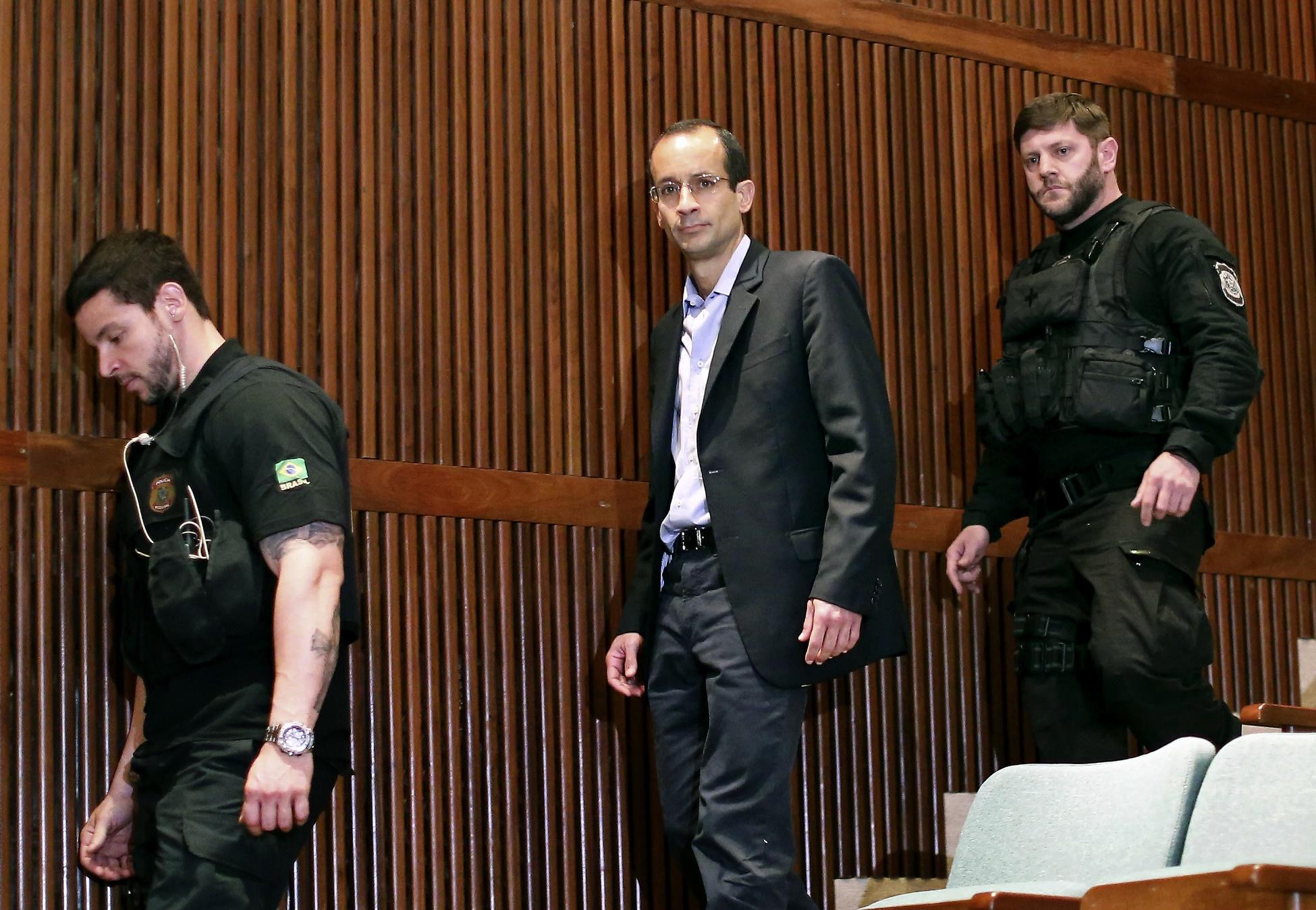 O presidente do grupo Odebrecht, Marcelo Odebrecht , chega para depor na CPI da Petrobras acompanhado de policiais federais