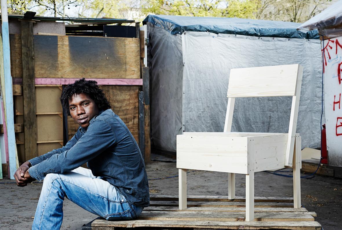 Malik com um dos móveis produzidos na cooperativa Cucula