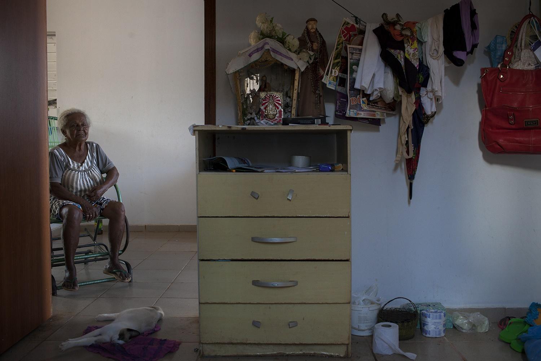 Maria da Conceição Lima Alves, 87 anos, em sua casa, no RUC (Reassentamento Urbano Coletivo) Laranjeiras, em Altamira. Dona Maria tem o olhar baixo e triste. Ela sente muita falta de sua casa e de suas plantas