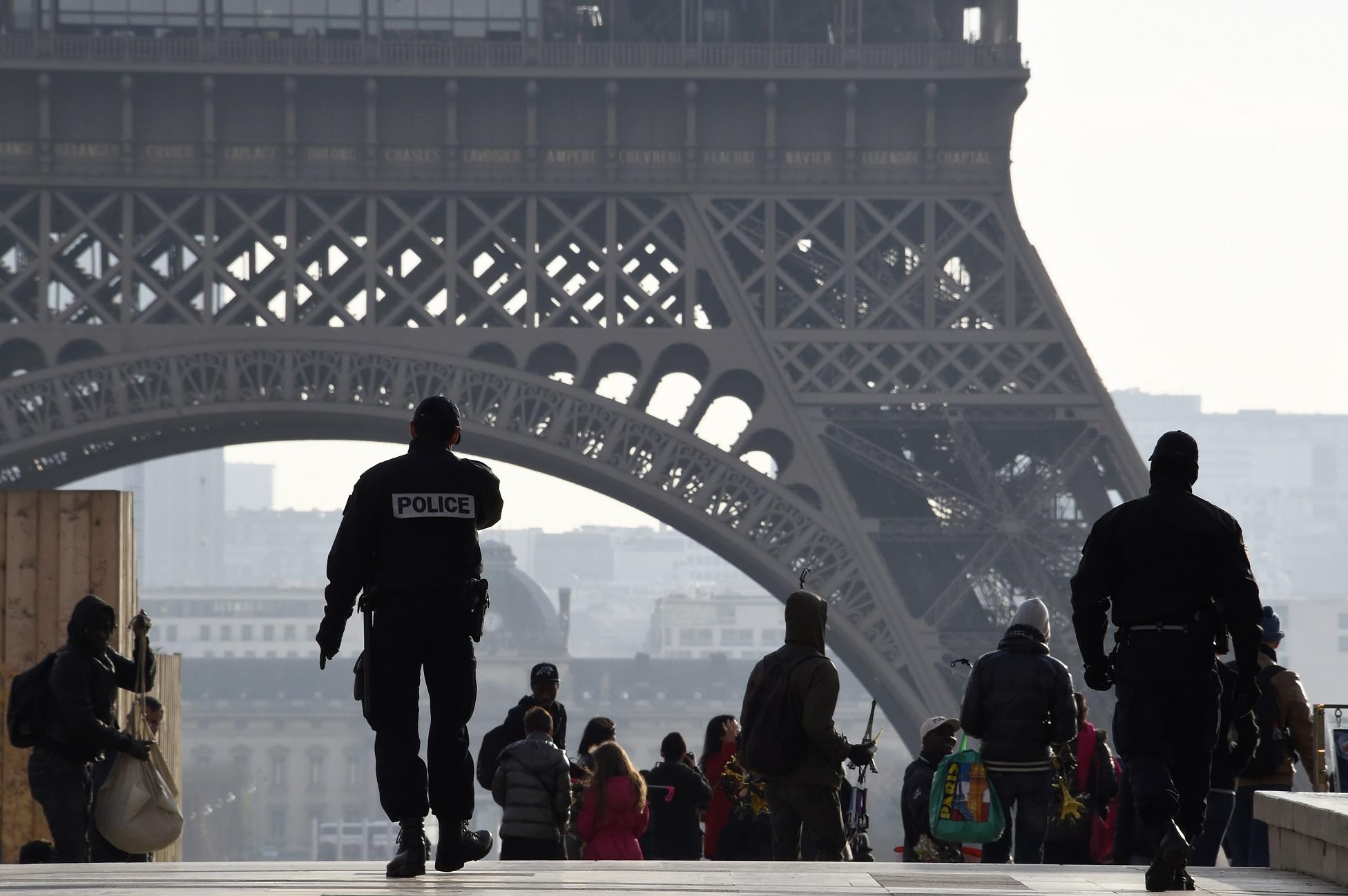 Concursos abertos para integrar a polícia francesa bateram recorde de inscrições: 47% a mais do que ano anterior. Ou seja, 24.700 candidatos para 3.700 novos postos