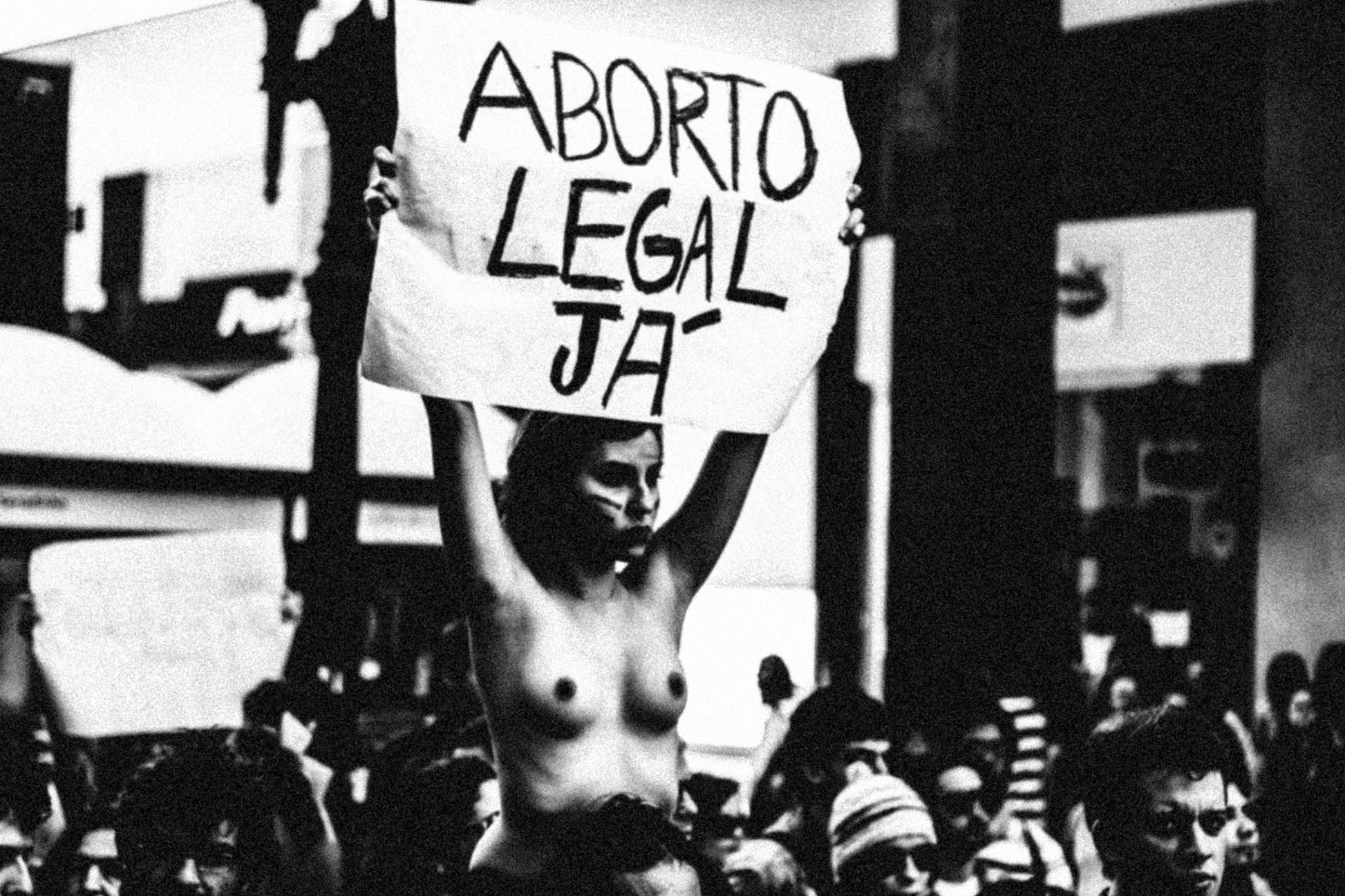 Manifestações nas ruas pedem a legalização do aborto no Brasil. Marcha das Vadias, Curitiba