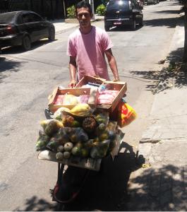 Evandro Pereira fatura R$ 800,00 por dia vendendo frutas e verduras em Niterói