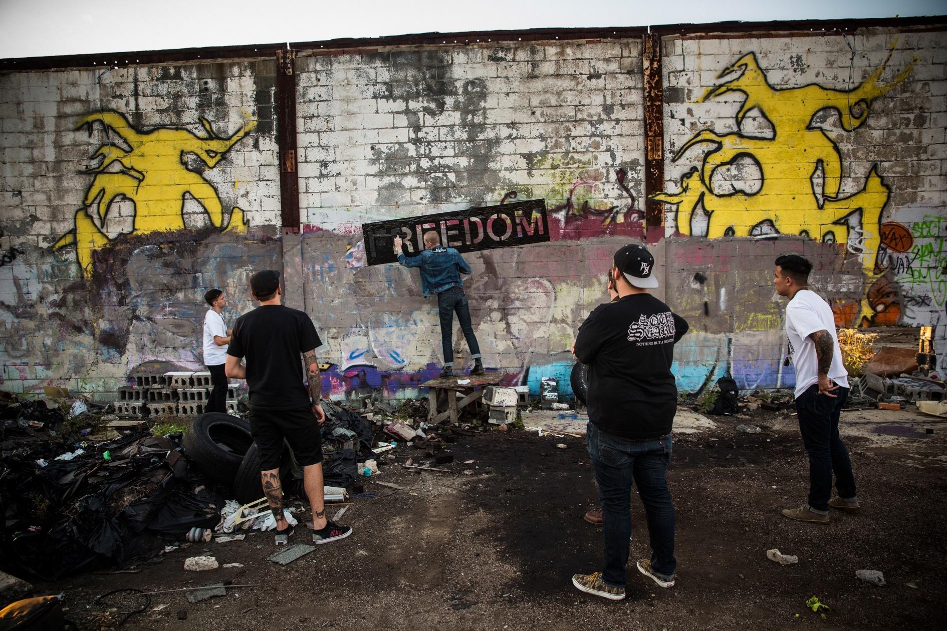 """Os componentes da banda """"Freedom"""" picham os muros de uma fábrica de automóveis abandonada, em Detroit, em protesto contra a crise na cidade"""