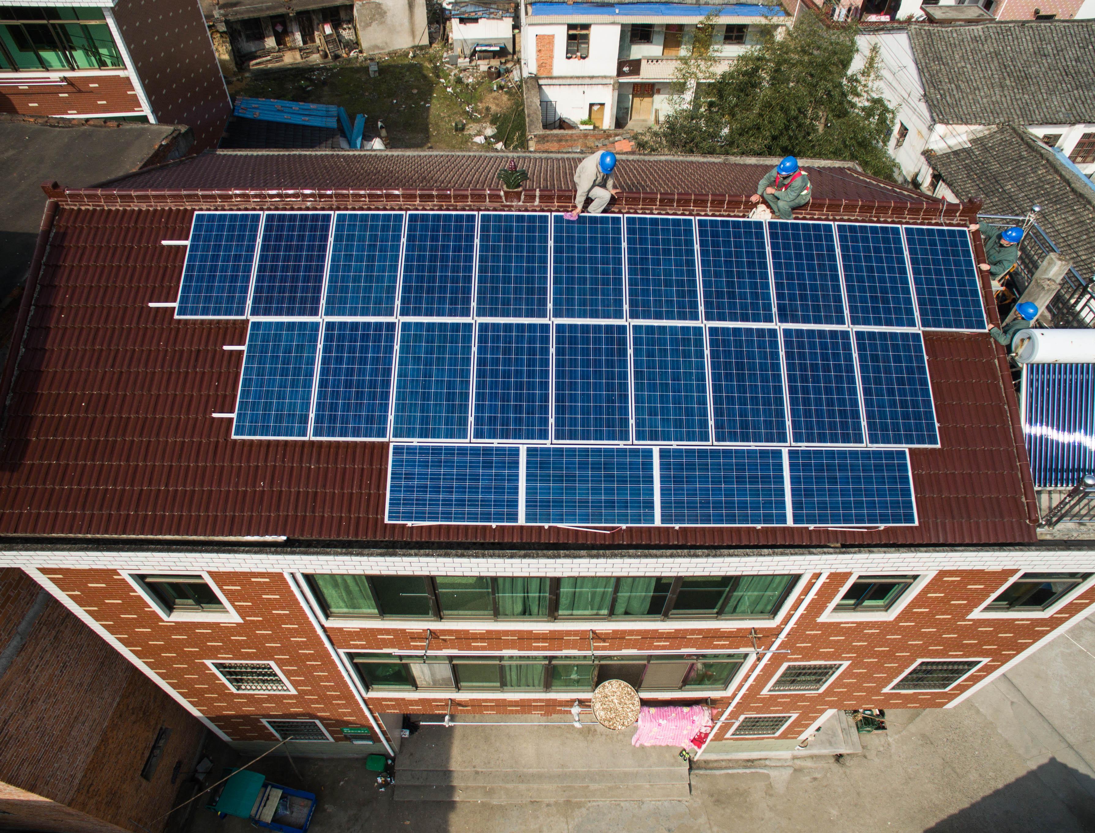 Painel solar em prédio na cidade de Yiwu, na China