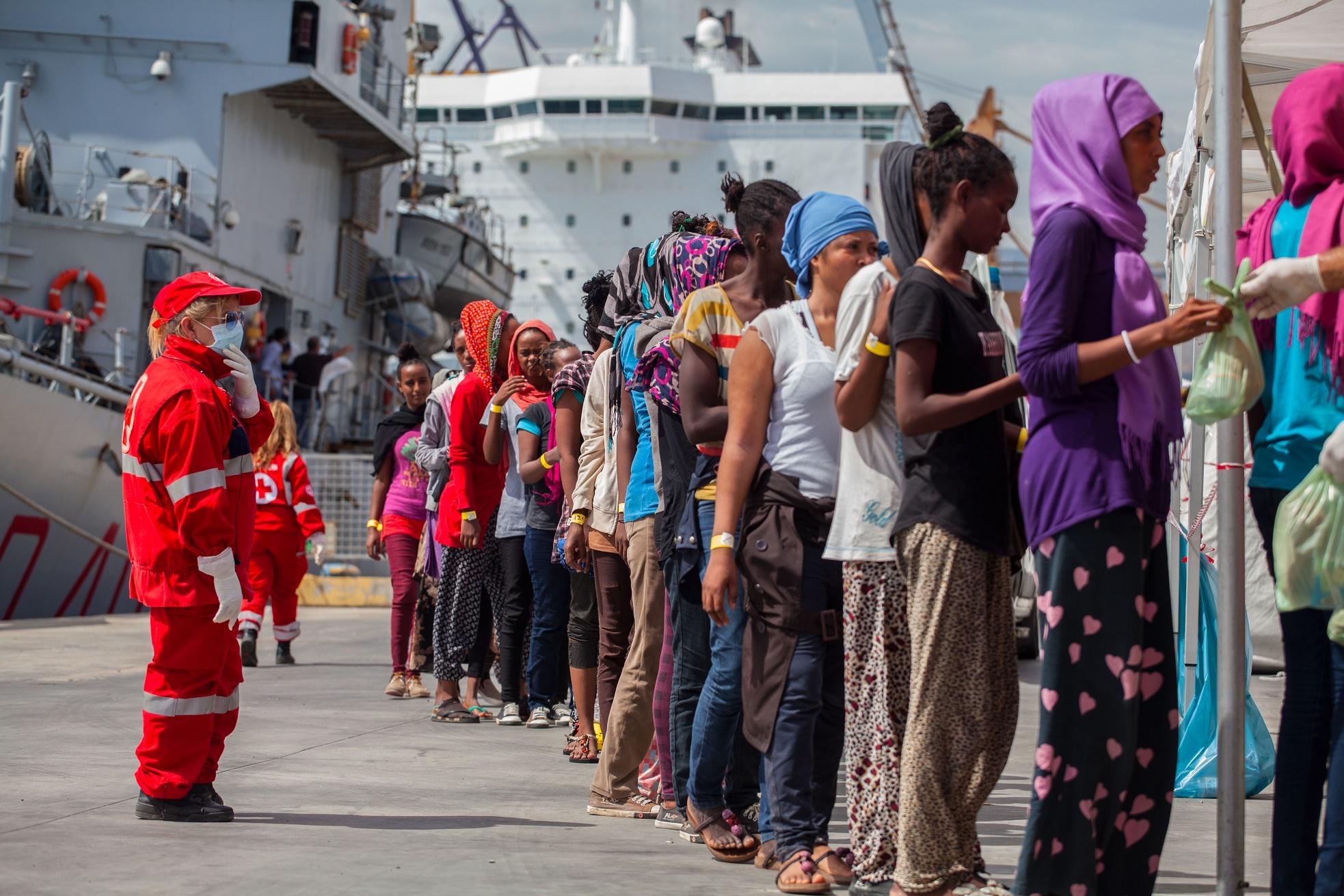 Grupo de imigrantes, oriundos da Líbia, desembarca no porto de Palermo, na Itália