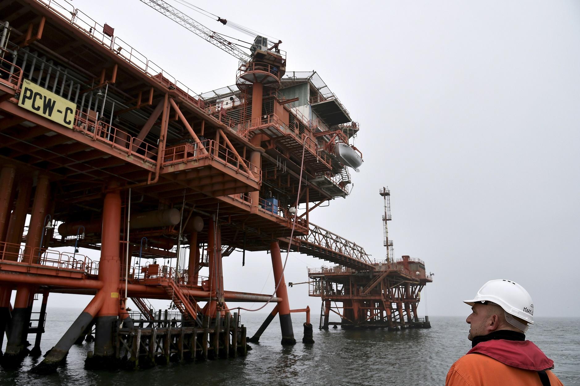 Em 2010, a ministra do Ambiente Stefania Prestigiacomo, proibiu atividades petrolíferas na costa do país, aumentando o limite de 5 para 12 milhas. O decreto, porém, foi cancelado dois anos mais tarde