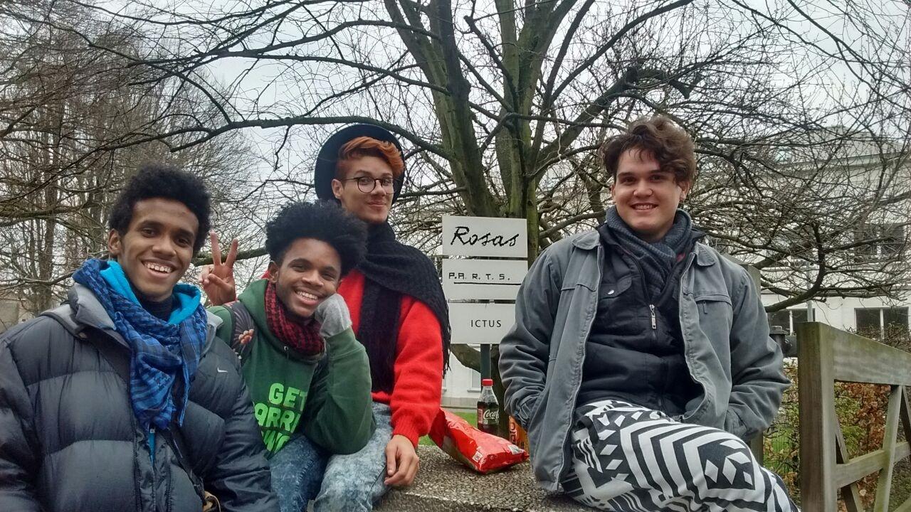 Nos jardins da escola P.A.R.T.S, da esquerda para a direita: Luyd, Rafael, Gustavo e Marllon
