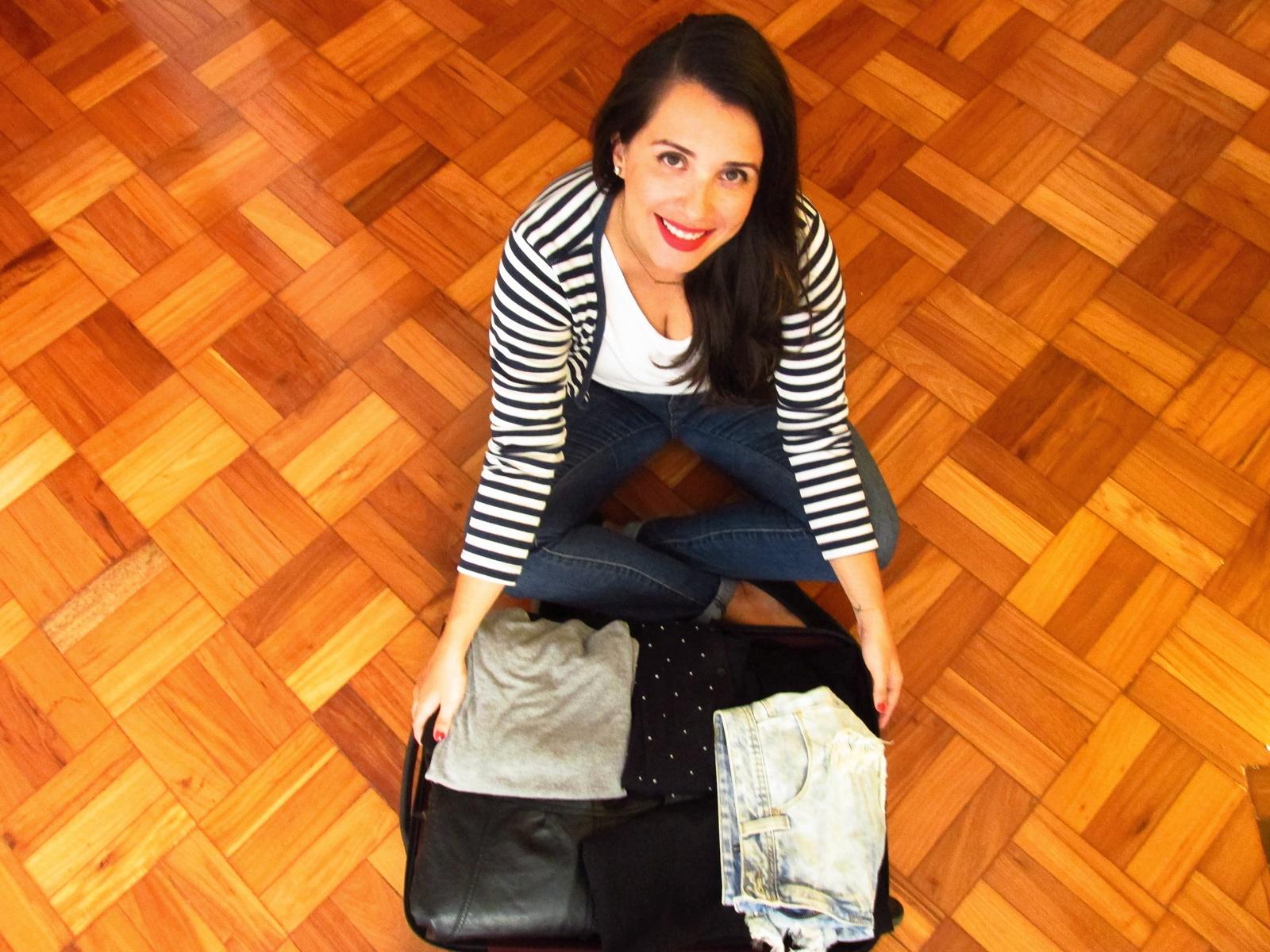 A catarinense Daniela Kopsch mostra a mala onde cabe todo o seu guarda-roupa de 50 peças: 25 blusas, 8 vestidos, 8 casacos, 4 calças, 3 shorts e 2 saias