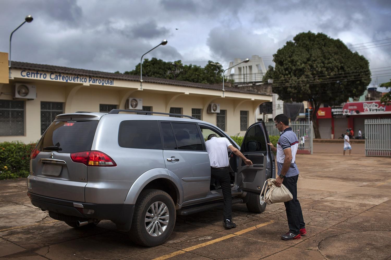 Dom Erwin Krautler deixa a Igreja Nossa Senhora do Perpétuo Socorro, em Altamira, escoltado por policiais militares à paisana