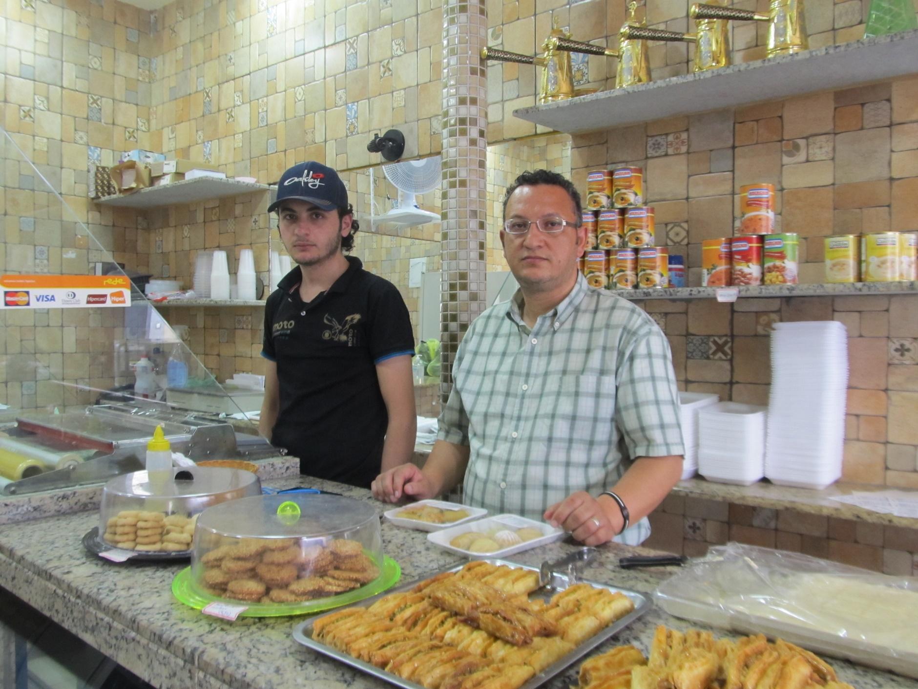 Saleem Zafary é um sírio refugiado que, junto com amigos, criou uma doceria que faz sucesso no bairro de Pinheiros, a Damascus, com doces baratos ( a partir de R$2 ) e café no estilo turco.
