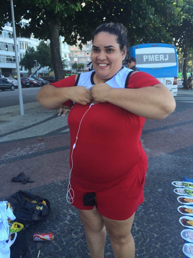 """A ambulante Ana Mara da Silva tenta vestir a camisa dos """"a favor"""" para não ser agredida pelos que são """"contra"""""""