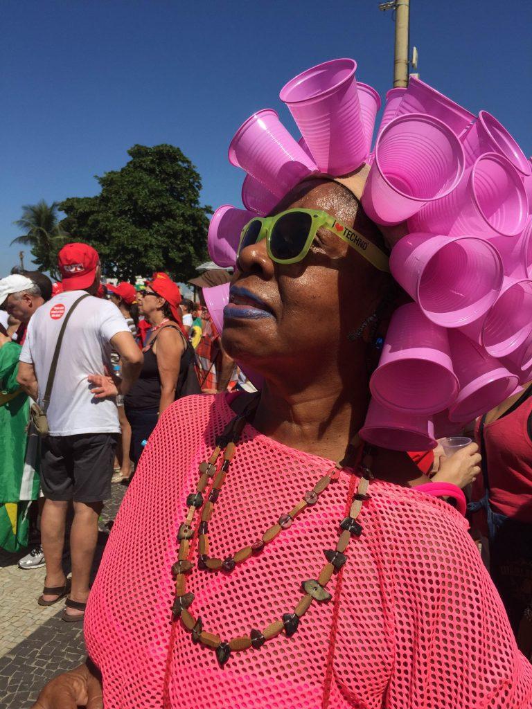 Manifestante contrária ao impeachment observa alguns moradores dos prédios que pediam a saída da presidente