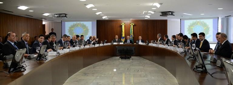 O presidente interino Michel Temer cercado pelos novos ministros: homens e brancos