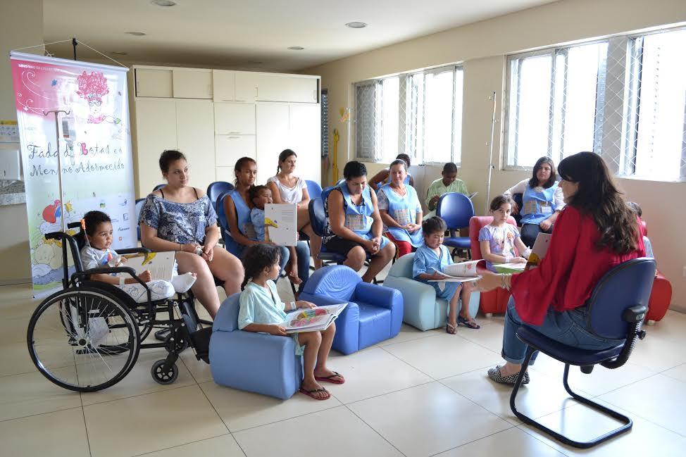 A escritora Fernanda Salgueiro lê para crianças internadas em hospital em Curitiba