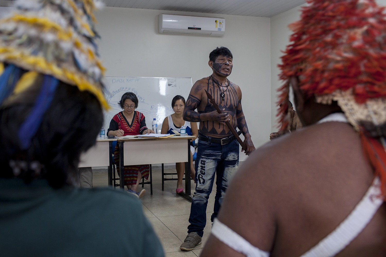 einaldo Poxo Munduruku, do rio Tapajós, faz um discurso em sua língua, durante a audiência com Victoria Tauli-Corpuz (ao fundo, de vermelho), relatora especial da ONU sobre Direitos dos Povos Indígenas