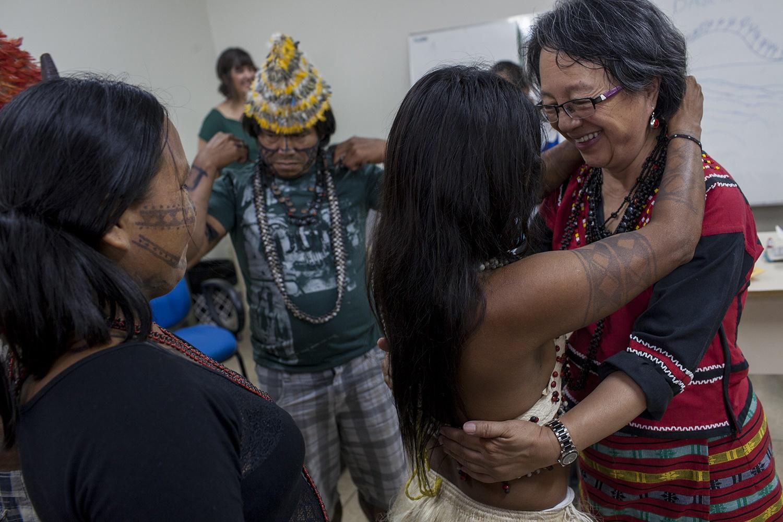 Uma índia Munduruku entrega um colar para Victoria Tauli-Corpuz, relatora especial da ONU sobre Direitos dos Povos Indígenas