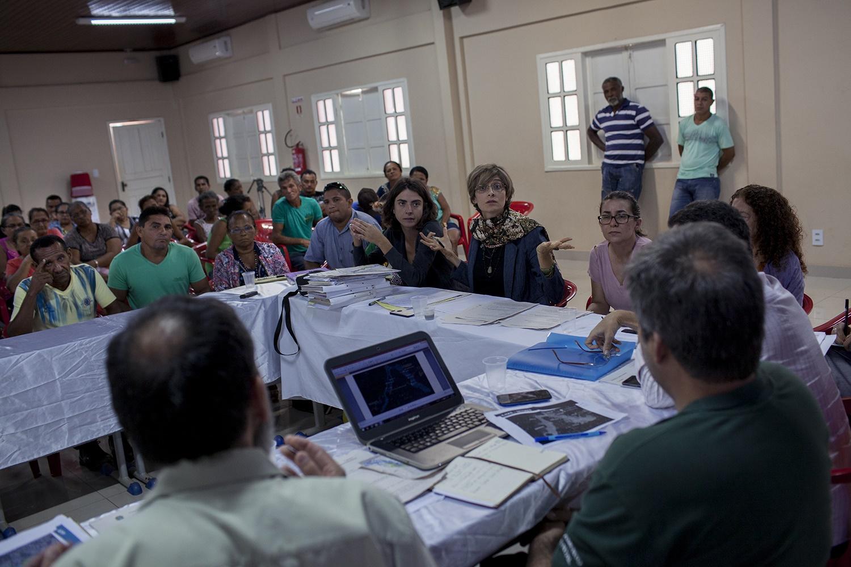 Thais Santi (ao centro, de cabelos curtos e óculos), procuradora do Ministério Público Federal em Altamira, durante reunião com representantes do IBAMA, Norte Energia e pescadores